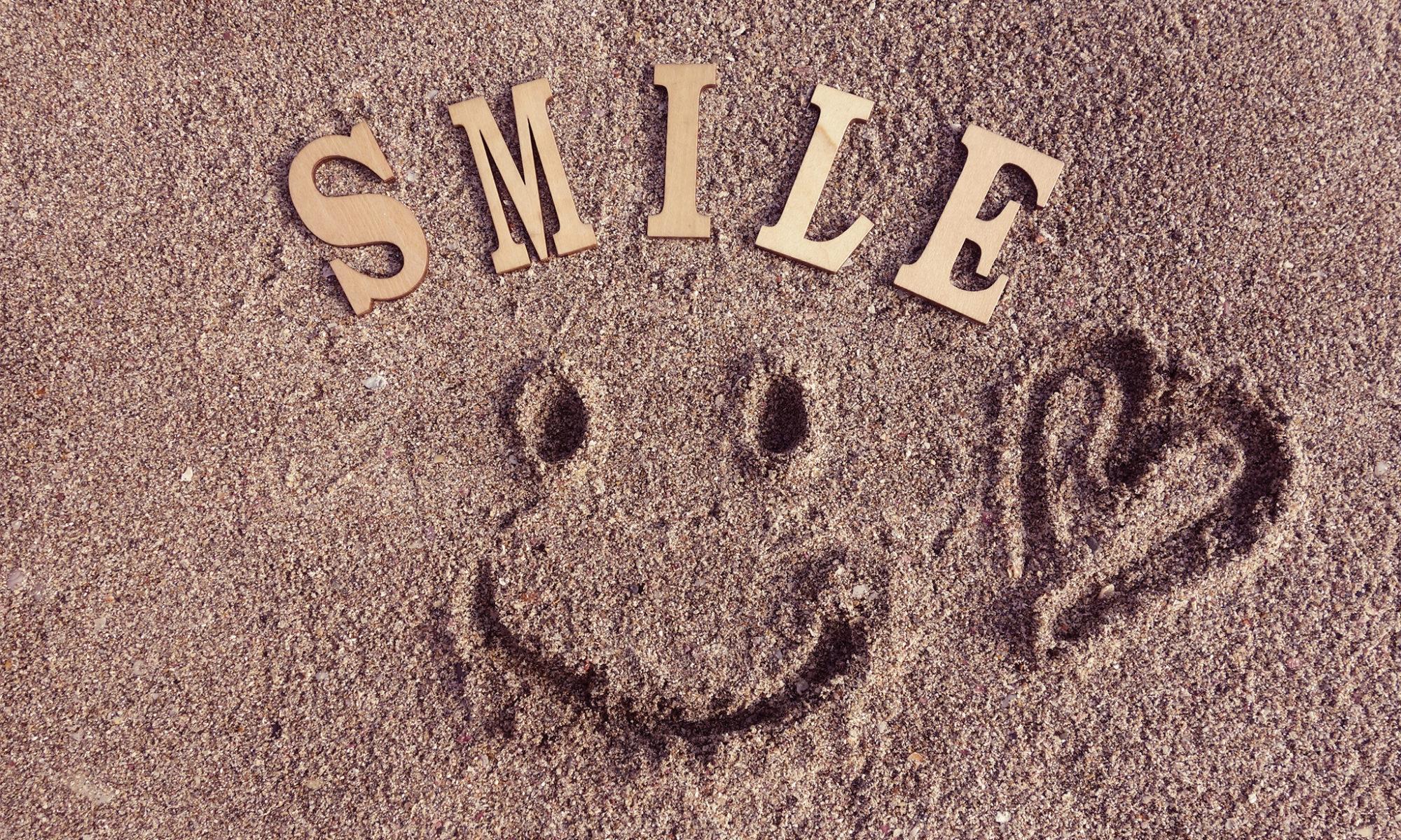 砂に描いた笑顔のイラスト